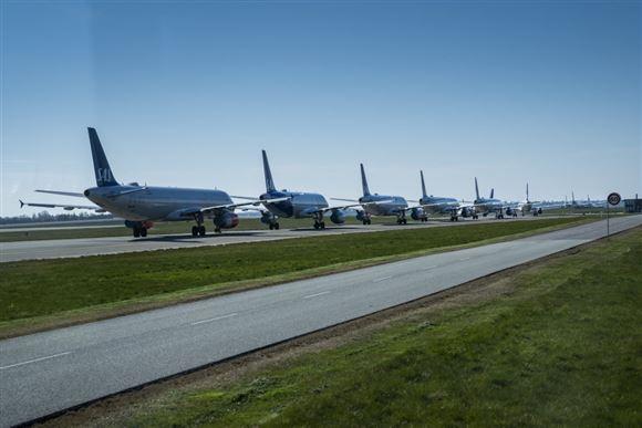 lang række af fly står på startbanen