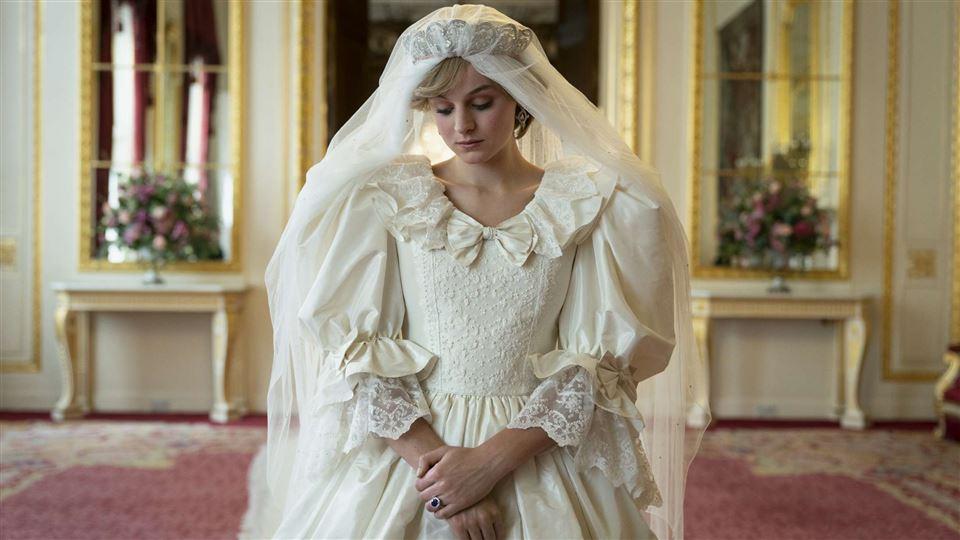 """skuespilleren Emma Corrin i brudekjole som Prinsesse Diana i serien """"The Crown""""."""
