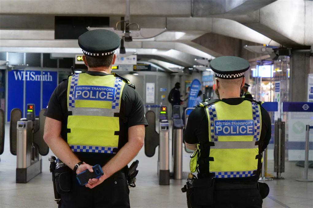 britiske politifolk i gule veste
