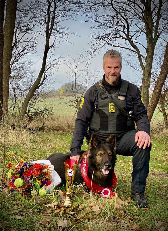 Hunden Quattro med hundeføreren Allan.