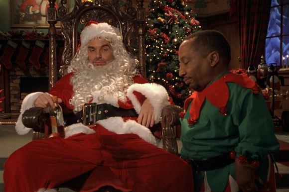 En træt julemand i en stol - fuld
