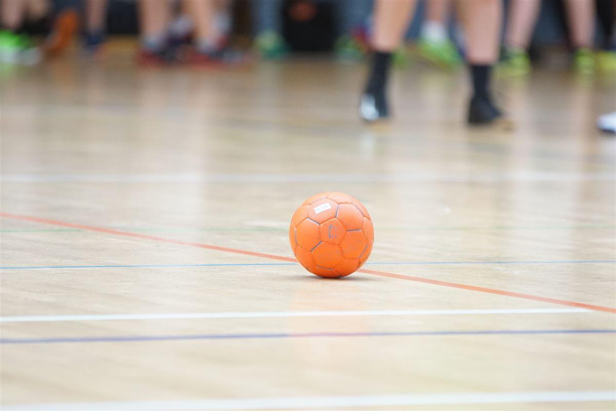 En håndbold ligger på en håndboldbane