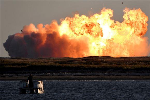 En stor eksplosion af støv og ild.