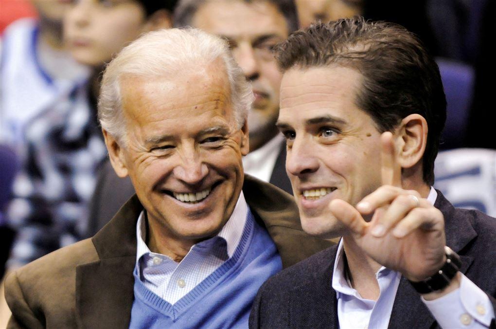 Joe Biden smiler til sin søn, der også er et stort smil.