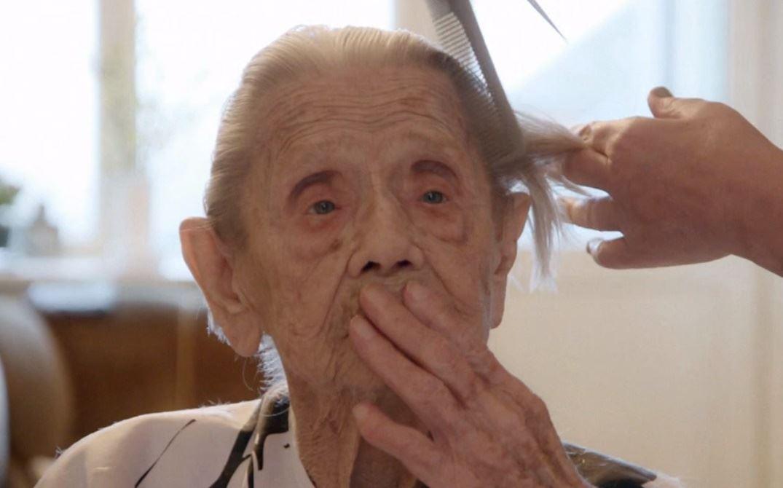 ældre dame bliver klippet
