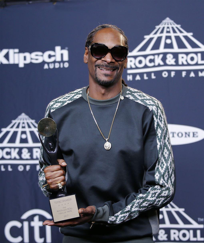 Snoop Dogg med et stort trofæ