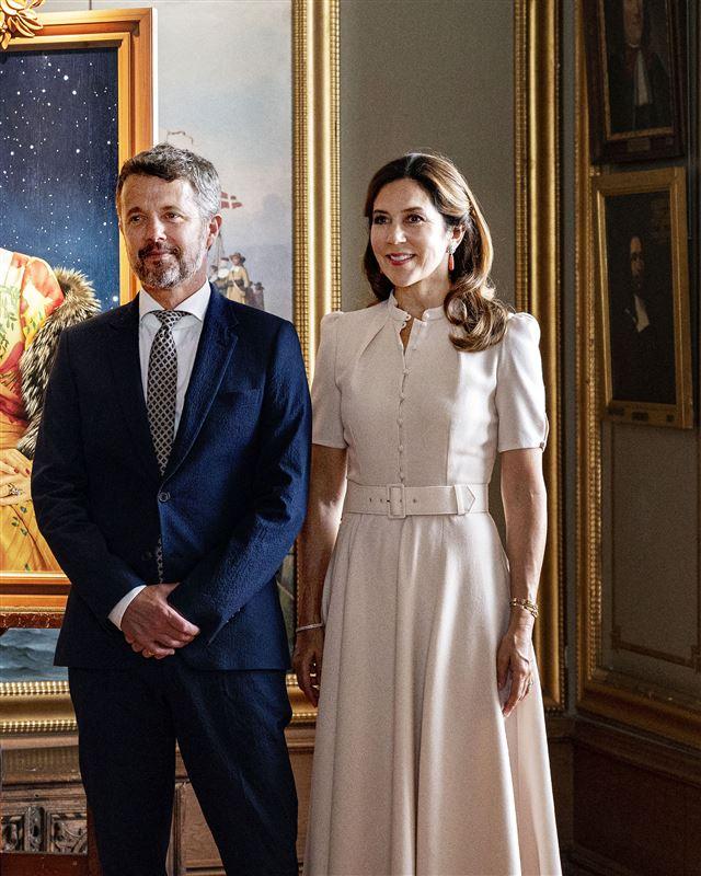 Billede af Frederik og Mary i en elegant stue.