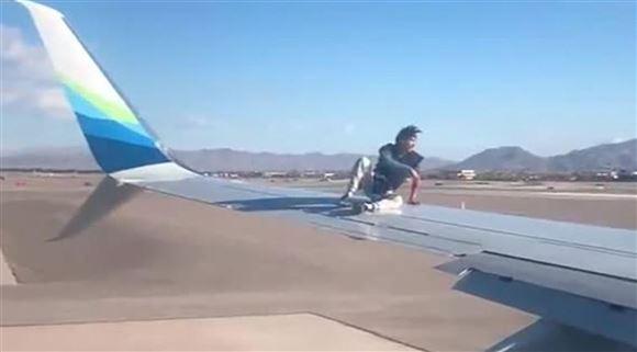 En mand sidder på en flyviunge