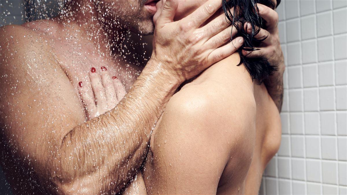 nøgen par under bruseren