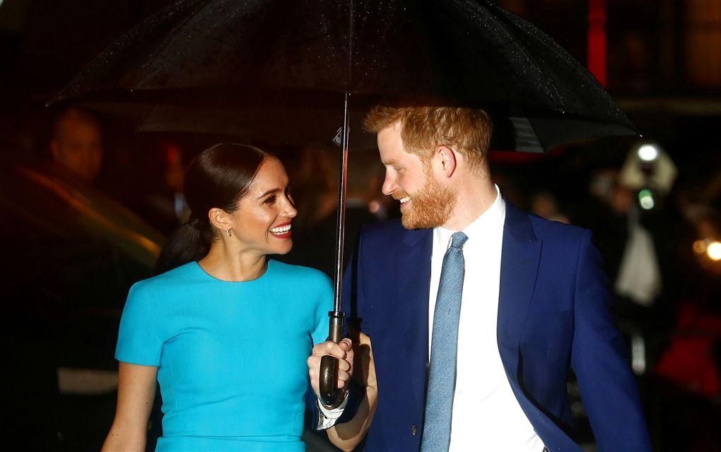 Harry og Meghan under paraply