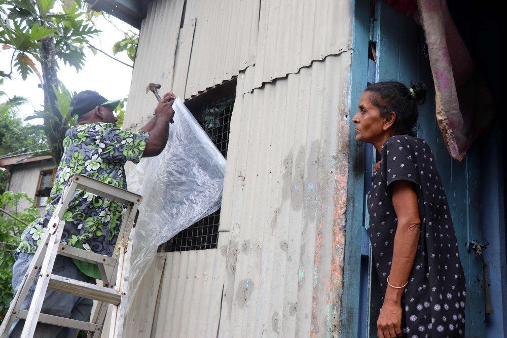 indbyggere på fiji garderer deres husse mod storm