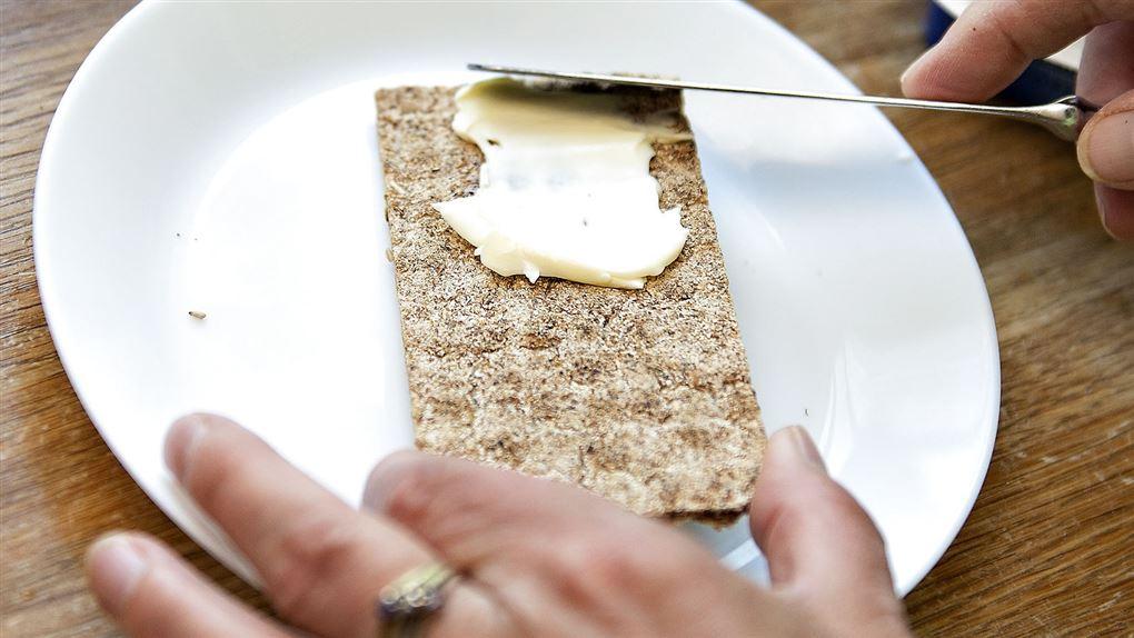 et stykke knækbrød med smør