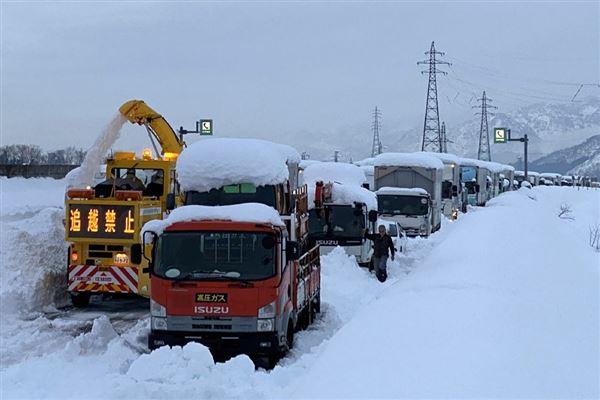sneplov i aktion på snedækket vej