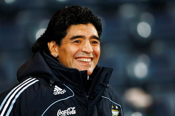 Smilende Maradona på fodboldbanen