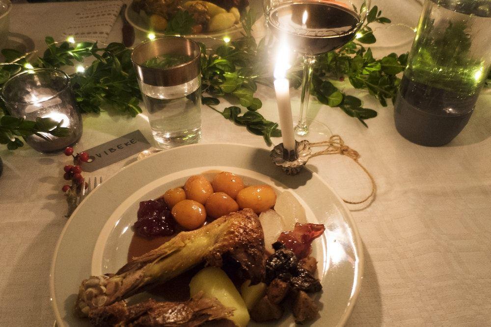 tallerken med julemad på bord