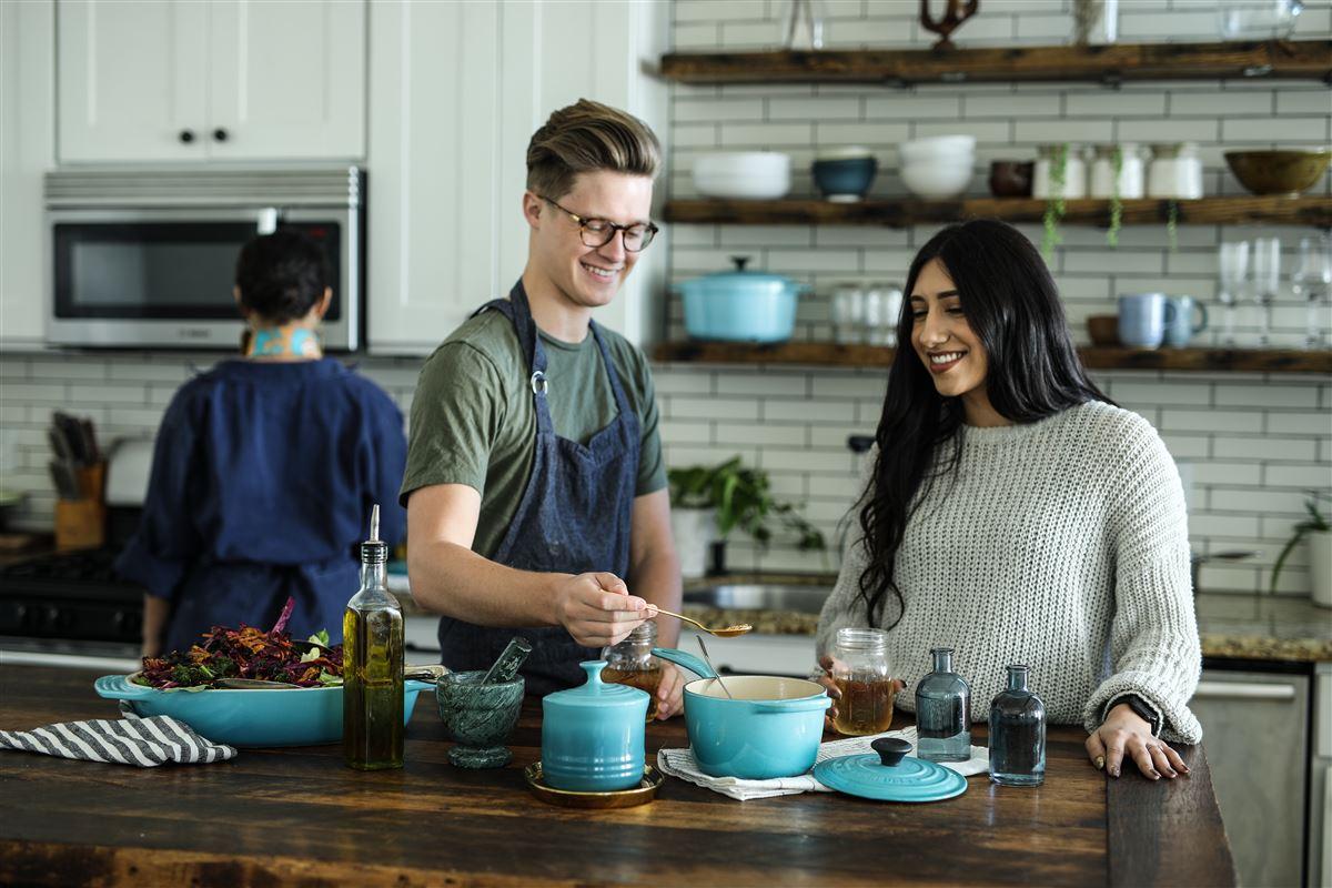 Mand og dame ved køkkenbord.