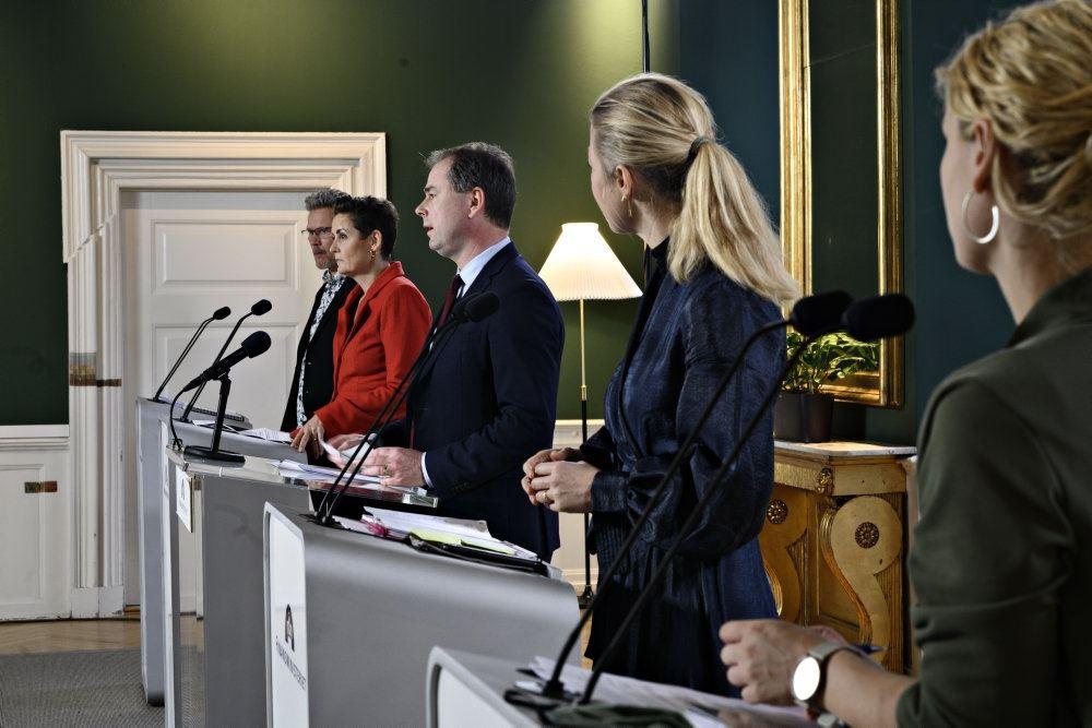 Politikere forsamlet på talerstole til pressemøde