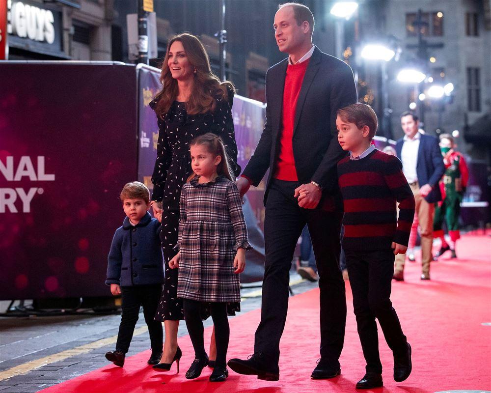 Prins William og Kate sammen med deres tre børn, George,7, Charlotte, 5, og Louis, 2, fotograferet ved en anden lejlighed.