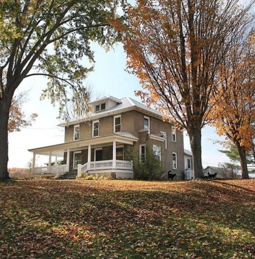 Et smukt amerikansk hus på en bakke