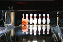 En bowlingkugle på vej ned ad bowlingbanen