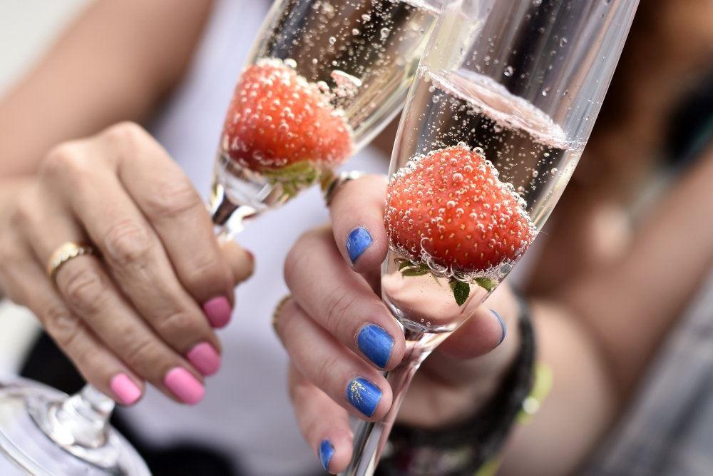 mousserende drik og jordbær i glas