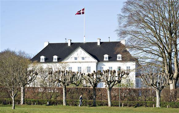 Marselisborg slot med hejst flag.