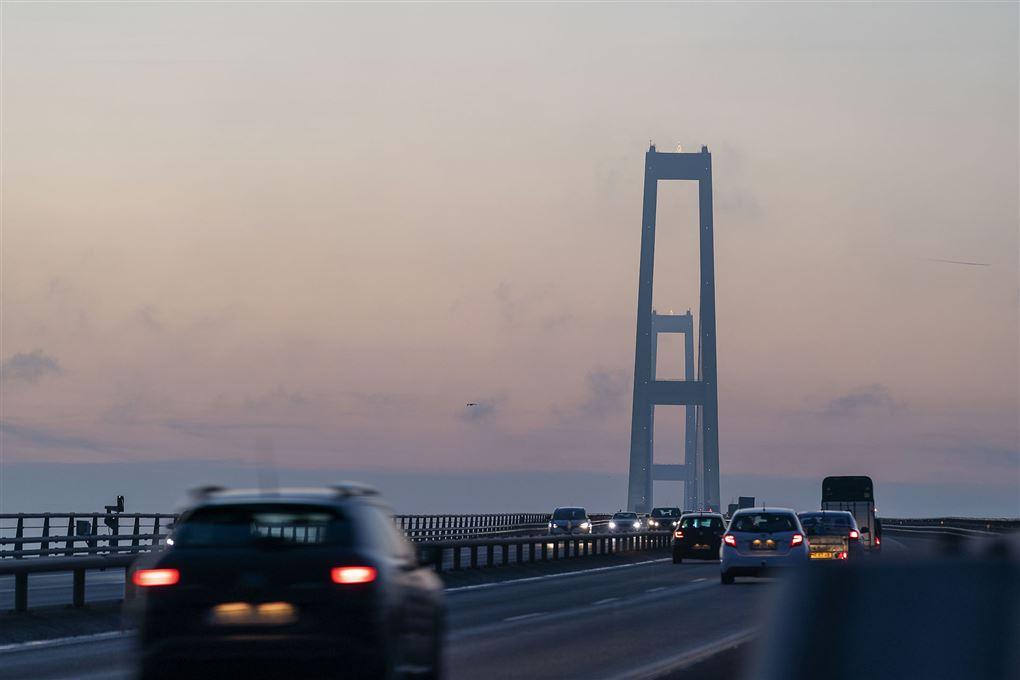 biler kører på storebæltsbroen i skumringen