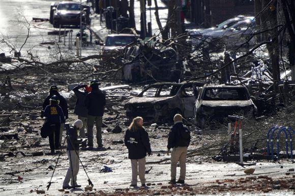 Politi gå rundt i en totalt ødelagt gade