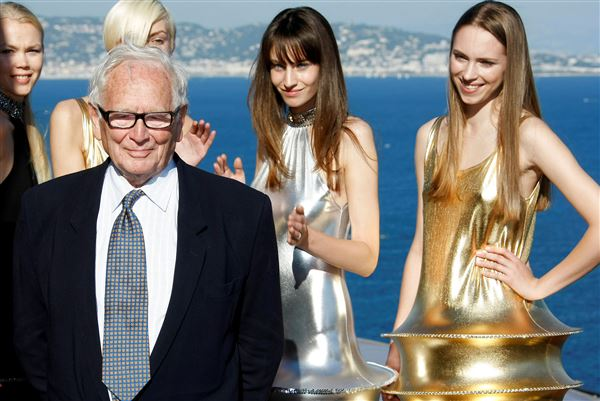 Pierre Cardin med modeller i bagrunden