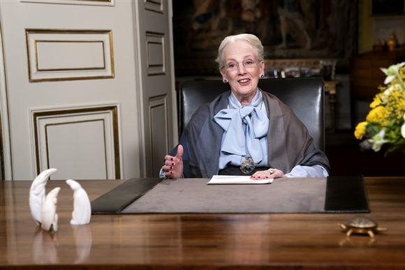 Dronningen holder nytårstale bag sit skrivebord