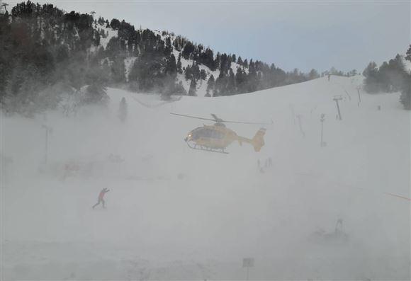 En helikopter pisker sne op
