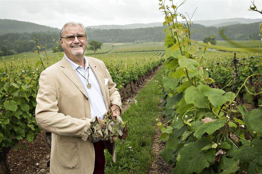 En smilende prins Henrik i sine vinmarker