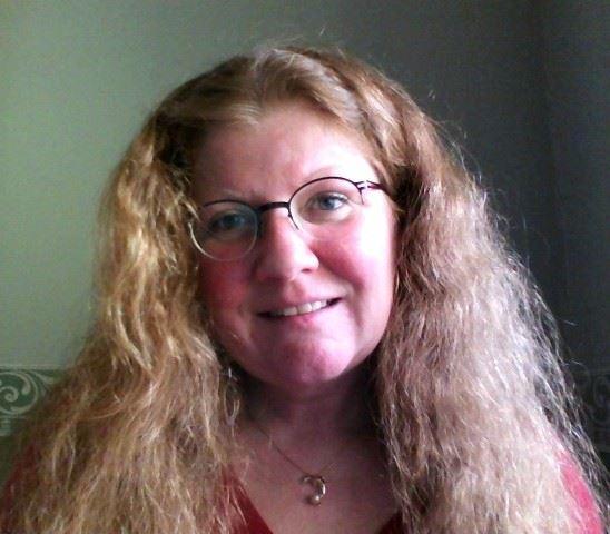 Billede af dame med briller og blond hår