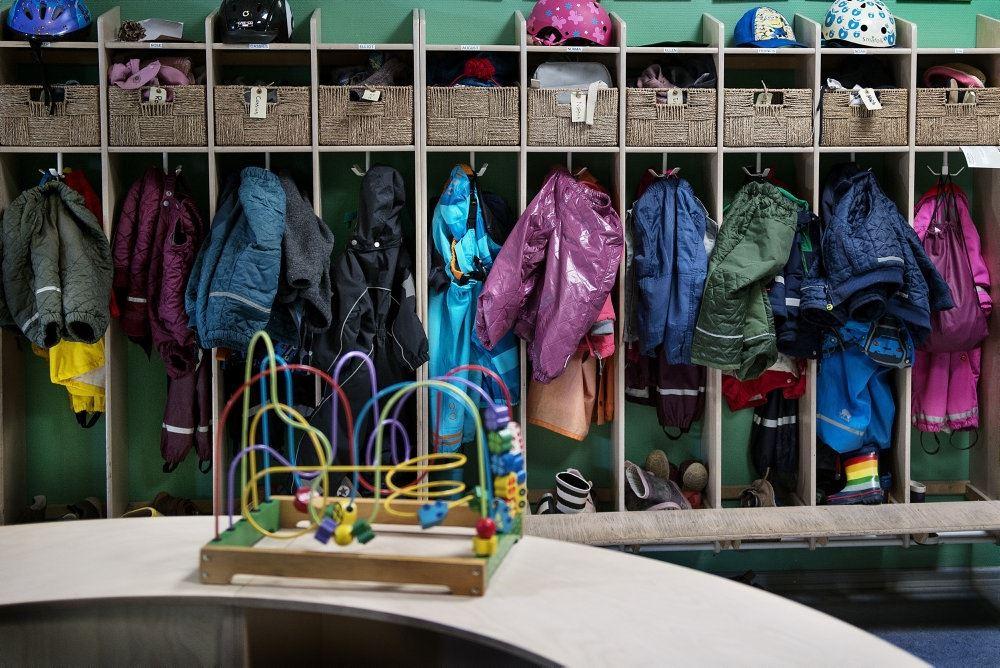 tøj hænger i garderobe i børnehave