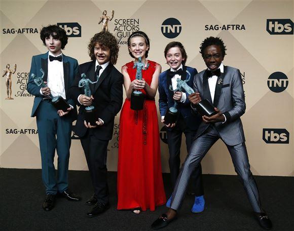 Castet fra Stranger Things med en pris, de har modtaget til en prisuddeling