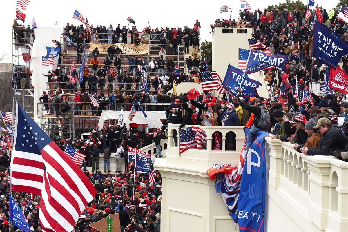 demonstranter med amerikanske flag samlet foran konrgressen i Washington