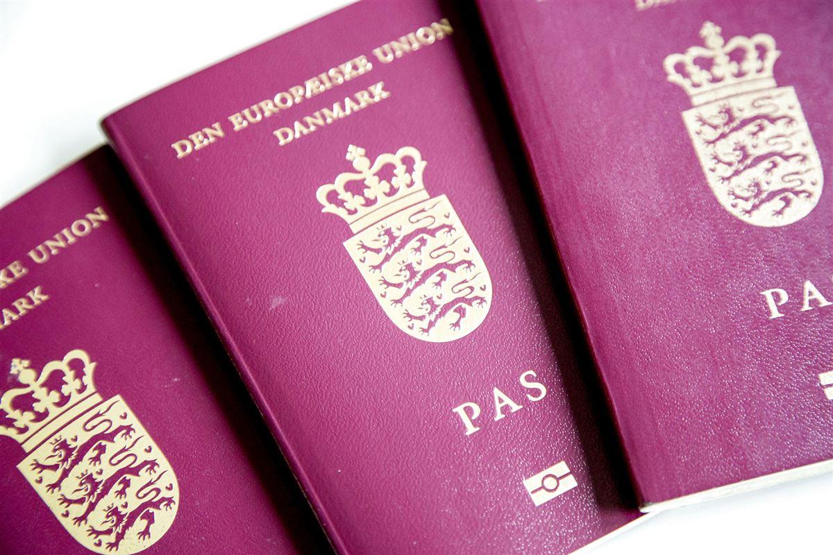 tre danske pas ligger på et bord