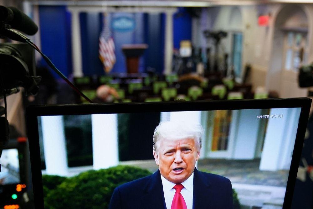 donald trump foran tv-kamera foran det hvide hus