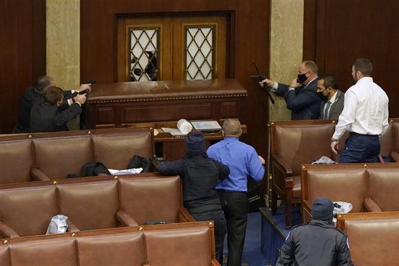 Politibetjente og demonstranter inde i den amerikanske kongres