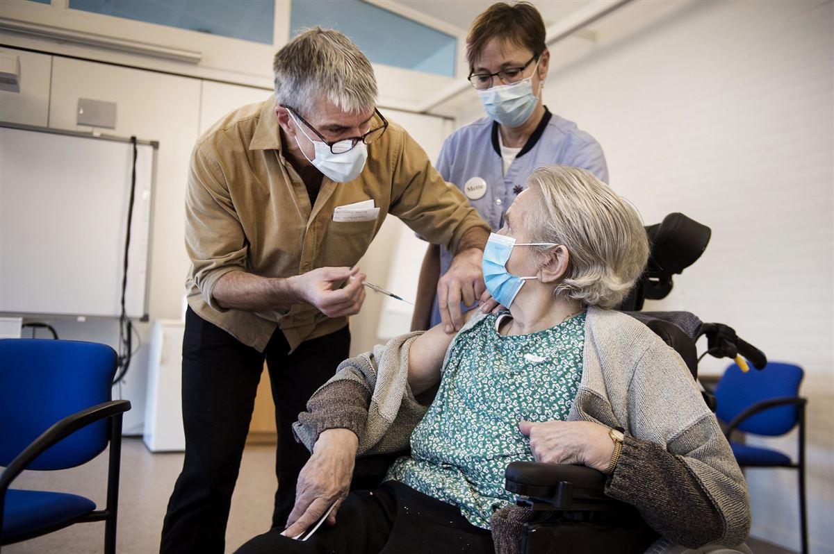 plejehjemsbeboer får en vaccine