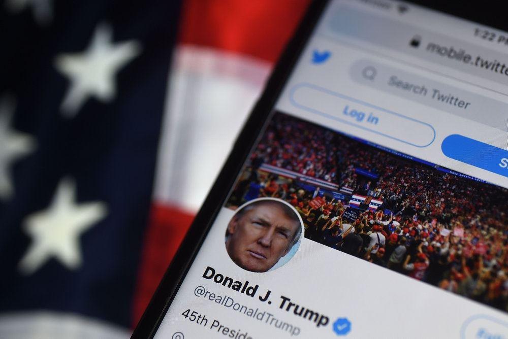 mobiltelefon med donald trumps twitter-profil