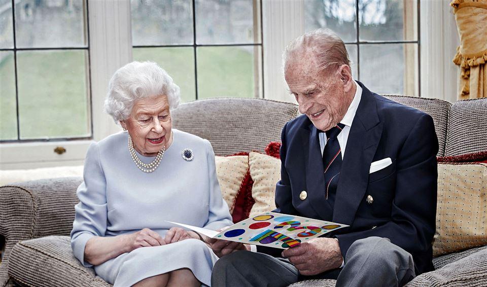 dronning Elizabeth og prins Philip sidder i en sofa