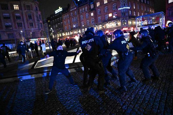 Politi og demonstranter er tæt på hinanden på Rådhuspladsen i København
