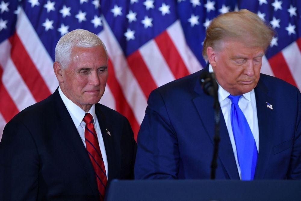 Billede af Trump med Pence bag ham