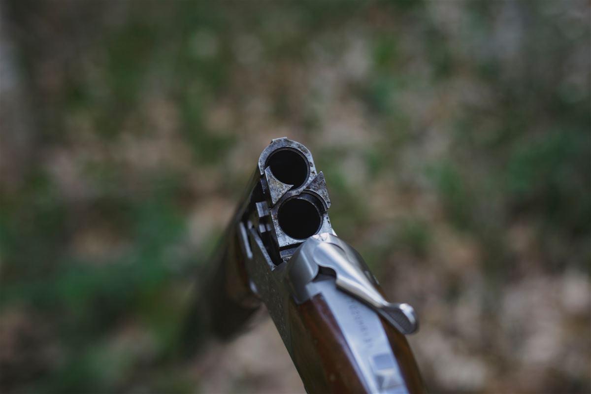 et gevær der er klar til at blive ladt.