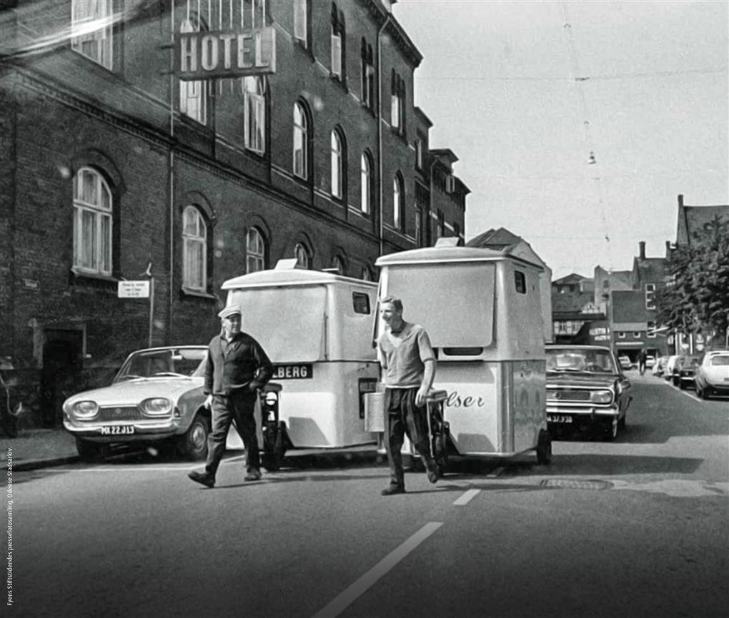 Sort/hvid billede af de første pølsevogne.