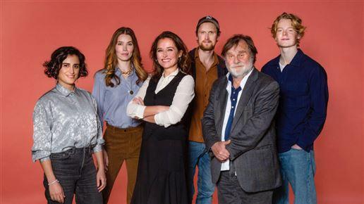 """Seks af skuespillerne fra """"Borgen"""" med Sidse Babett Knudsen i midten"""