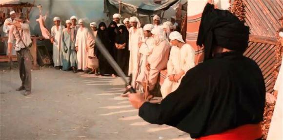 En mand med sværd i en tunesisk landsby