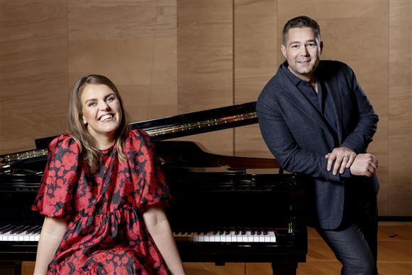 Katrine Muff sidder og Johannes Langkilde står ved piano akkesæt