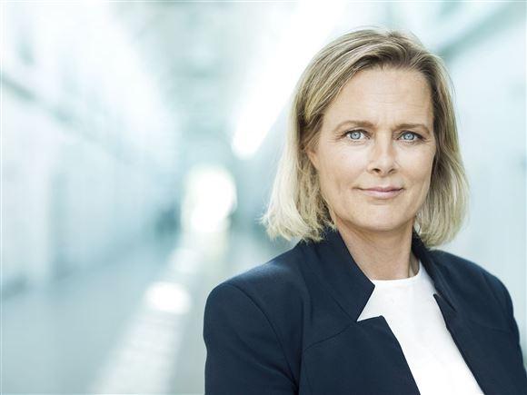 Billede af blond kvinde i hvid skjorte og blazer